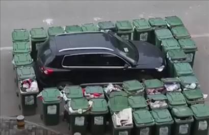 Уборщик мусора упаковал автохама (видео)