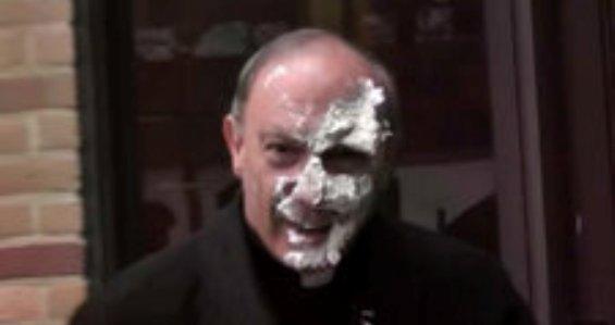 В архиепископа швырнули тортом